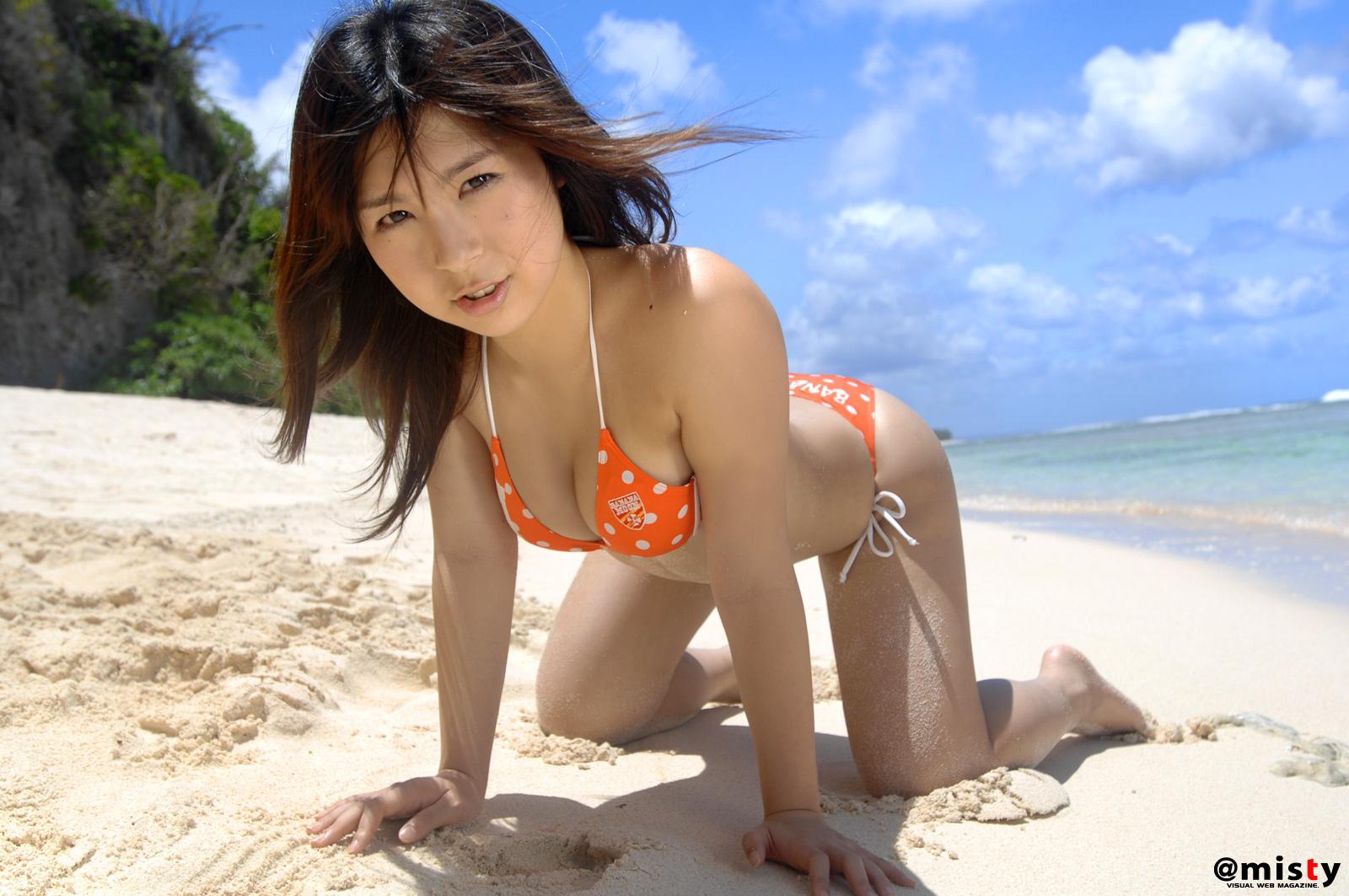 Японка в бикини, Японка в маленьком бикини позирует на пляже 22 фотография